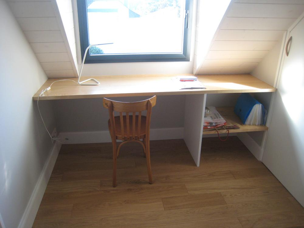 Menuiserie Pouivé :Réalisation d'un bureau sur mesure sous toiture.